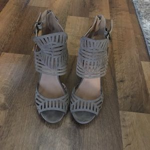 Size 7.5 quipid taupe heels